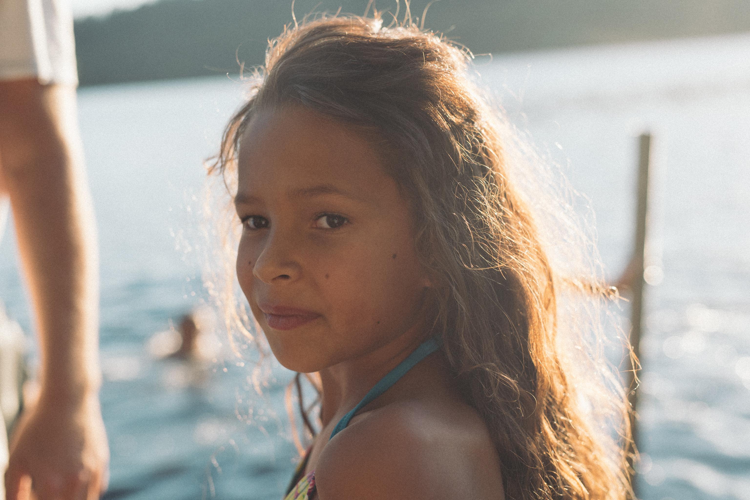 Olivia vid sjön. Rebecca Wallin